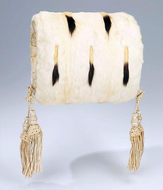 Муфта Предмет женской верхней зимней одежды в виде мехового мешочка